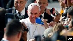 El papa Francisco saluda a feligreses en la escuela Nuestra Señora Reina de los Angeles, en Filadelfia, durante su visita a Estados Unidos en septiembre de 2015. Foto AP/Jason DeCrow.