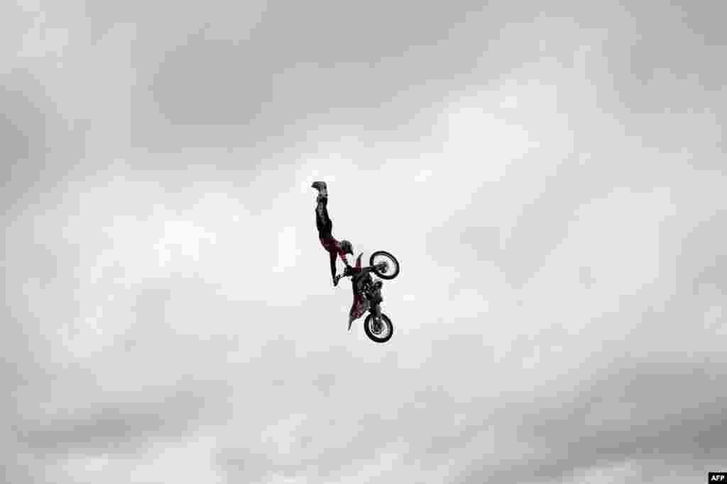 """Pengendara mobil motorcross freestyle Steve Sommerfield beraksi dengan motor KTM miliknya di London untuk mempromosikan acara """"Night of Jumps"""" yang akan diadakan pada 5 September 2015."""