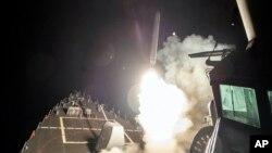 미 해군 로스 유도미사일 구축함에서 토마호크 함대지 순항미사일이 발사되고 있다. (자료사진)