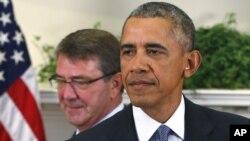 """El presidente Obama acompañado del secretario de Defensa, Ash Carter, poco antes de anunciar los """"ajustes"""" en la estrategia en Afganistán."""