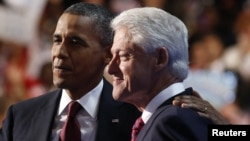 Tổng thống Hoa Kỳ Barack Obama cùng lên bục diễn đàn với Cựu Tổng thống Bill Clinton tại Ðại hội đảng Dân chủ ở Charlotte, North Carolina, ngày 5/9/2012