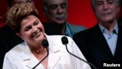 Presiden Dilma Rousseff tersenyum dalam konferensi pers sesaat setelah dipastikan memenangkan jabatan Presiden untuk kedua kalinya (26/10).