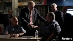 Ứng viên đảng Cộng hòa ông Donald Trump và người liên danh tranh cử vị trí Phó Tổng thống -Thống đốc bang Indiana Mike Pence (phải) gặp gỡ các lãnh đạo và đoàn viên công đoàn địa phương tại bang Ohio, Mỹ, ngày 05 tháng 09 năm 2016.