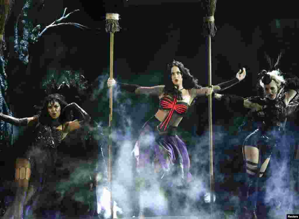 """Actuação de Katy Perry com """"Dark Horse"""" na 56ª Gala dos Grammy em Los Angeles, Jan. 26, 2014."""