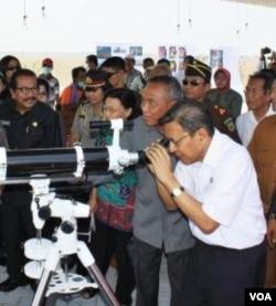 Wapres Boediono melihat kondisi lumpur lapindo dari Pusat Semburan Lumpur Lapindo di Sidoarjo, Jawa Timur (22/9).