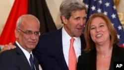 左起:巴勒斯坦人首席谈判代表埃雷卡特, 美国国务卿克里, 以色列司法部长利夫尼