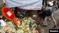Mọi người đặt hoa tưởng niệm nạn nhân của hai cuộc tấn công vào nhà hàng Holey Artisan Bakery và O'KitchenRestaurant tại Dhaka, Bangladesh,ngày 5 tháng 7 năm 2016. REUTERS/Adnan Abidi