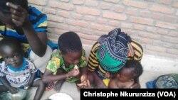 Une famille congolaise réfugiée dans la région de Rumonge, au Burundi, le 26 janvier 2018. (VOA/Christophe Nkurunziza)