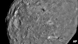 Une image de Vesta, répercutée par la sonde Dawn (AP)