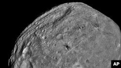 Imagen del asteroide Vesta tomada por la sonda Dawn y divulgada por NASA en 2011. La próxima escala de Dawn será el planeta enano Ceres.