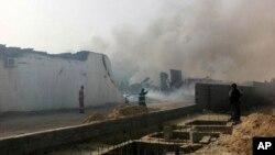 Asap membubung dari puing-puing gedung yang hancur karena ledakan di distrik Salaheddin, Tripoli, Libya (21/5).