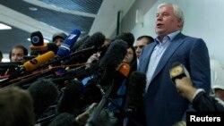 24일 에드워드 스노우든의 자문 변호사인 아나톨리 코체레나 러시아 변호사가 모스크바 국제공항에서 기자단의 질문에 답하고 있다.