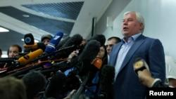 Anatoly Kucherena, pengacara Snowden mengatakan ada kesulitan dalam upaya permohonan suaka sehingga Snowden masih tetap berada di bandara Moskow (24/7).