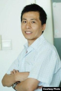 """""""人民監督網""""創辦人朱瑞峰。"""