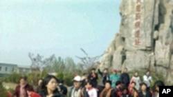 公民手持五星旗出发前往东师古