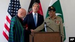 美國國務卿克里(中)在布魯塞爾的美國駐北約大使的官邸中和阿富汗總統卡爾扎伊(左)﹐巴基斯坦軍方總司令卡亞尼(右)舉行會談。