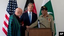 Menlu AS John Kerry (tengah) memediasi pertemuan antara Presiden Afghanistan Hamid Karzai dan Jenderal Pakistan Asfhaq Parvez Kayani di Brussels, Belgia (24/4).