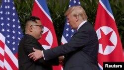 미북 정상회담에 앞서 지난 6월 도널드 트럼프 미국 대통령(오른쪽)과 김정은 위원장이 만나 인사를 나누고 있다.