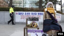 Monumen Perdamaian (Peace Monument) yang melambangkan perbudakan seks jaman Perang Dunia II oleh tentara Jepang, didirikan di depan Kedutaan Jepang di Seoul (16/12).