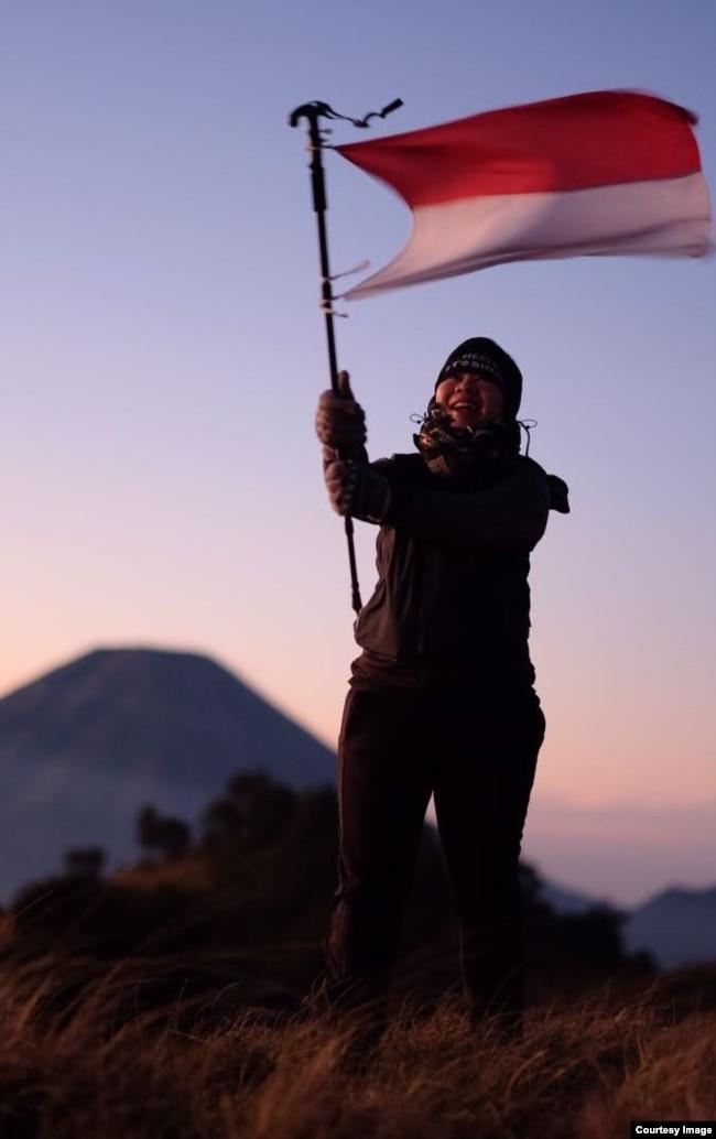 Maria mendaki gunung di saat tidak bekerja (dok. pribadi).