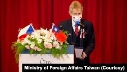 捷克参议院议长维特奇在台湾的政治大学演讲,用行动展现对台湾民主的支持。(2020年8月31日)(图片来源:台湾外交部脸书)