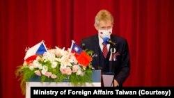 捷克参议院议长维特奇8月31日在台湾的政治大学演讲,用行动展现对台湾民主的支持。(图片来源:台湾外交部脸书)