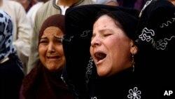 Para anggota keluarga dan kerabat menangis histeris setelah pengadilan Mesir di kota Minya, selatan Kairo menjatuhkan vonis hukuman mati terhadap 683 orang pendukung Ikhwanul Muslimin, Senin (28/4).