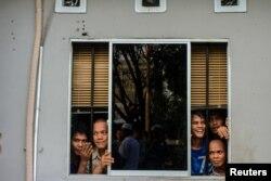 Para napi melihat melalui jendela penjara Sialang Bungkuk di Pekanbaru, Sumatera, 5 Mei 2017. (Antara Foto / Ronny Muharman via REUTERS)