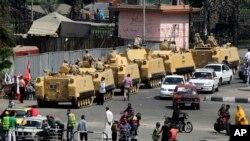 Tentara Mesir berkendaraan lapis baja bergerak menuju Lapangan Tahrir di Kairo (8/7).