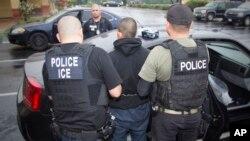 La police des frontières arrête un immigré dans une opération de grande envergure à Los Angeles, le 7 février 2017.