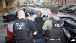 Foto Badan Imigrasi dan Bea Cukai Amerika menunjukkan warga asing ditangkap saat penggerebekan imigran gelap, dan para penjahat di Los Angeles, 7 Februari 2017.