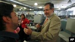 El presidente y editor de uno de los diarios más grandes de Venezuela, Miguel Henrique Otero, no pudo presentarse al interrogatorio y su hija llevó una carta explicando las razones.