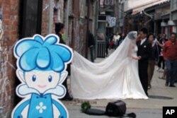 在古老的街道上拍婚纱