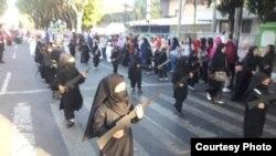 Puluhan siswa TK Persit Kartika Chandra Probolinggo mengikuti pawai dengan mengenakan jilbab dan cadar hitam, sambil membawa replika senjata, Sabtu, 18 Agustus 2018. (Courtesy Photo: istimewa).