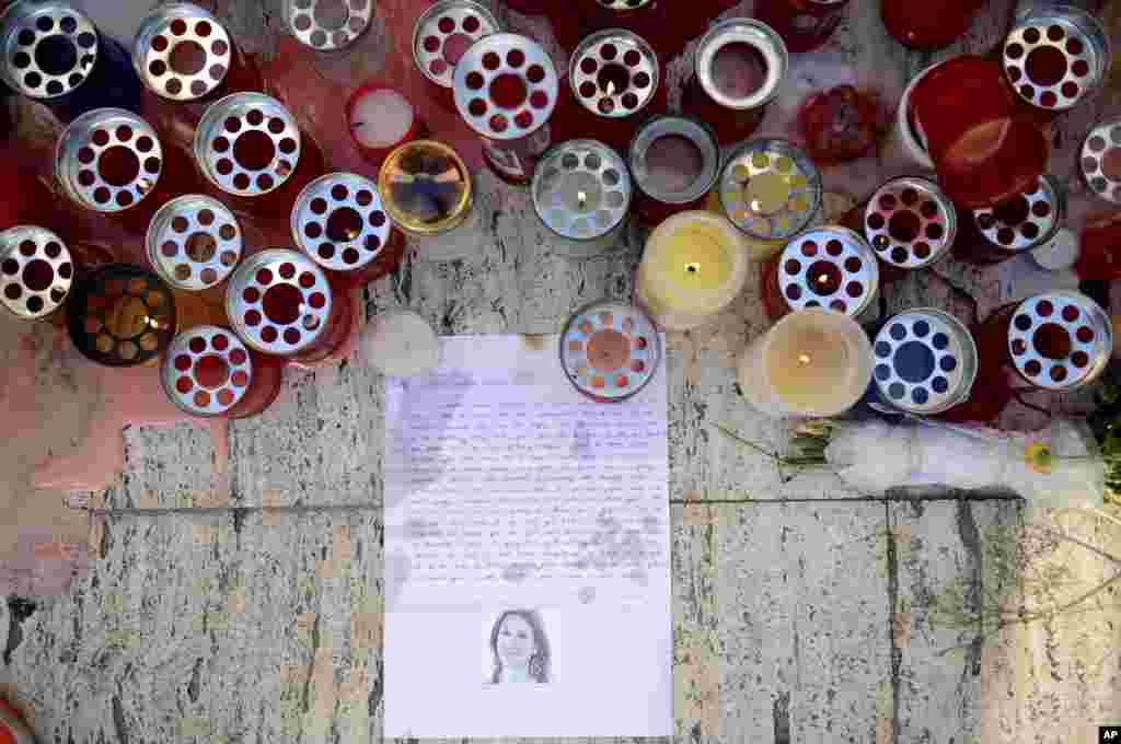 ទៀន និងសំបុត្រត្រូវបានគេដាក់នៅសារមន្ទីរ Love Monument ក្នុងទីក្រុង St. Julian ប្រទេសម៉ាល់ត៏ កាលពីថ្ងៃទី១៧ តុលា ២០១៧ មួយថ្ងៃបន្ទាប់ពីអ្នកកាសែតស្រីនាង Daphne Caruana Galizia ត្រូវបានសម្លាប់។ អ្នកកាសែតខាងស៊ើបអង្កេតនៃប្រទេសម៉ាល់ត៏ដែលបានបកអាក្រាត Panama Papers ត្រូវបានគេសម្លាប់កាលពីថ្ងៃចន្ទនៅពេលដែលគ្រាប់បែកបានផ្ទុះនៅក្នុងរថយន្តរបស់នាង។
