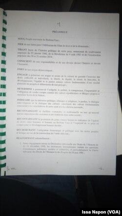 Présentation du préambule de l'avant-projet de la Constitution à Ouagadougou, au Burkina Faso, le 18 mars 2017. (VOA/Issa Napon)