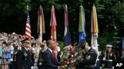 ປະທານາທິບໍດີ Obama ໄດ້ໄປວາງພວງມາລາ ຢູ່ຂຸມຝັງສົບຂອງທະຫານ ນິລະນາມ ທີ່ສຸສານແຫ່ງຊາດ Arlington