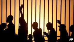 Em muitos países, as filas de eleitores começam antes do nascer do sol (foto de arquivo) AP