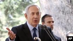 Perdana Menteri Israel Benjamin Netanyahu menyampaikan eulogi pada pemakaman Yitzhak Navon, president ke-5 Israel, di Yerusalem, 8 November 2015.