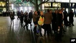 Khán giả rời khỏi sân vận động HDI Arena sau khi một trận đấu bóng đá giao hữu giưac Đức và Hà Lan bị hủy bỏ vì đe dọa đánh bom ở Hanover, Đức, ngày 17 tháng 11 năm 2015.