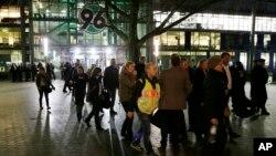 Para penonton meninggalkan stadion HDI Arena di Hanover, Jerman, setelah pertandingan persahabatan antara Jerman dan Belanda dibatalkan karena ancaman bom (17/11). (AP/Michael Sohn)