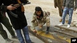 艾季達比耶鎮的反政府份子正在預備防空武器