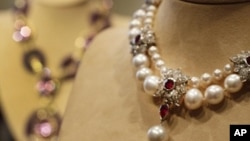 """This Sept. 1, 2001, file photo shows Elizabeth Taylor's """"La Peregrina,"""" an early 16th century pearl, ruby and diamond necklace by Cartier, that was gift from Richard Burton to Elizabeth Taylor, at Christie's, in New York."""