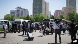 Các nhà báo nước ngoài rời khỏi một địa điểm sau khi được Bình Nhưỡng thông báo rằng các kế hoạch đã thay đổi cho đến khi có thông báo mới, ngày 8/5/2016.