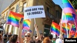 Para peserta parade gay pertama di Nicostia, Siprus, turun ke jalan sambil memegang bendera pelangi dan poster-poster menyerukan persamaan hak di negara itu (31/5).