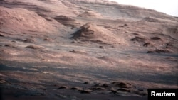 အဂၤါၿဂိဳဟ္ေပၚက ေရွးေဟာင္းေရကန္တခု ရွိခဲ့မယ္လို႔ ယူဆရတဲ့ Mount Sharp ေတာင္။ (The base of Mars' Mount Sharp)