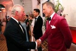 پرنس چارلز در حال صحبت کردن با دنیل کریگ در روز اکران جهانی فیلم جیمز باند در لندن - ۲۸ سپتامبر ۲۰۲۱