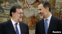 El presidente del gobierno español, Mariano Rajoy (izquierda) conversó con el rey Felipe VI después de su juramentación en el Palacio de la Zarzuela, en Madrid, España, el lunes, 31 de octubre, de 2016.