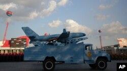 Một mô hình máy bay không người lái trong cuộc diễu hành quân sự ở Bình Nhưỡng, Bắc Triều Tiên, ngày 10/10/2015. Trước mối đe dọa từ Bắc Triều Tiên, giờ đây, các nhà nghiên cứu Hàn Quốc cũng đang thử nghiệm các loại máy bay không người lái UAV.