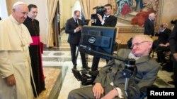 프란치스코 로마 가톨릭 교황이 28일 바티간에서 열린 과학자회의에서 유명한 물리학자이자 우주론자인 스티븐 호킹 박사를 만나고 있다.